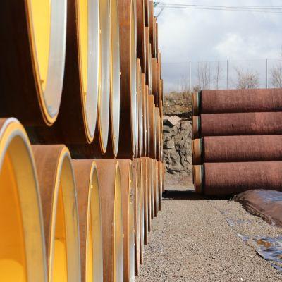 Valmiiksi pinnoitettuja kaasuputkia varastoituna Kotkan Mussalon satamassa.