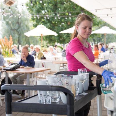 Tarjoilija Eiran Café Ursulassa