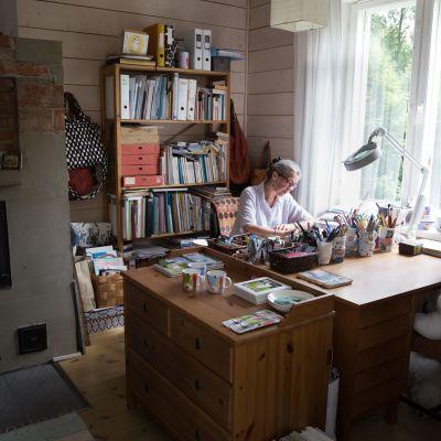 Tove Slotte työskentelee kotonaan.