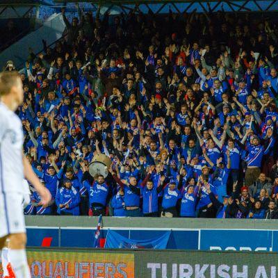 Islannin kannattajat juhlivat katsomossa.