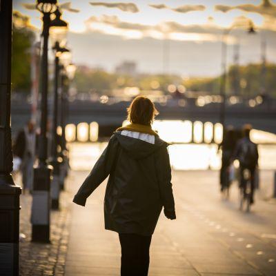Anna Järvinen tykkää kävellä Tukholmassa veden äärellä.