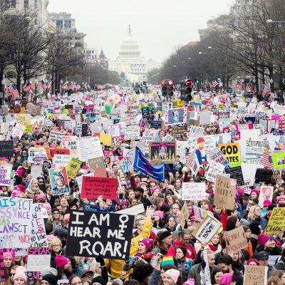 Naisten marssi keräsi tammikuussa satojatuhansia mielenosoittajia Washingtoniin vastustamaan presidentti Donald Trumpia.