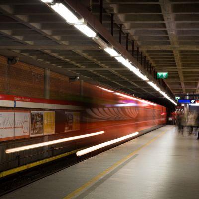 Metro lähtee laiturilta