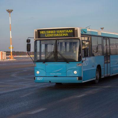 Helsinki-Vantaan lentoasema 14.12.2017. Kuvassa uusiutuvaa dieseliä käyttävä Finavian bussi.