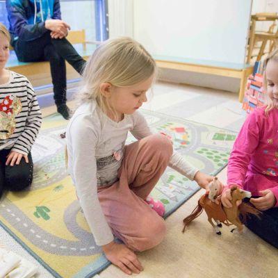 Lapsia leikkimässä Ruokopillin päiväkodissa Vantaalla.