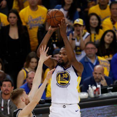 Golden State Warriorsin Kevin Durant heittää.
