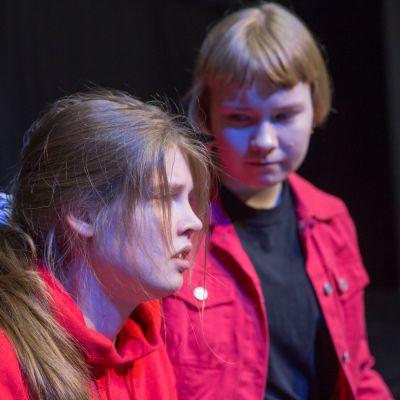 Ainon aito mä -näytelmässä on kolme Ainoa. Anna Pitkäniemi (vas) ja Inari Kolehmainen esittävät saman tytön eri puolia.