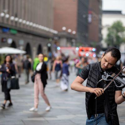 Pietarilainen Alexander Gerb soittaa viulua Helsingin keskustassa.
