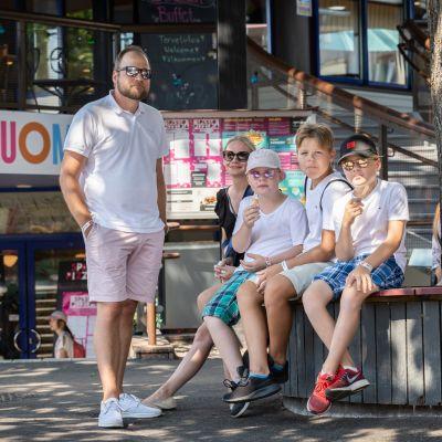 Perhe viettämässä kesäpäivää Helsingin Linnanmäellä