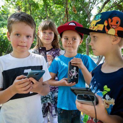 Ensimmäiselle luokalle menevät Olavi Lamppula, Toivo Kovalainen ja Anton Voutilainen pakkaavat puhelimet koulureppuun. Toiselle luokalle menevä Merina Teräsvirta tietää, että puhelimia ei näpytellä koulupäivän aikana.