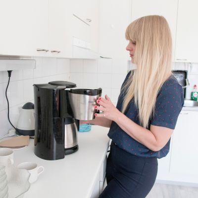 Kahvinkeitin ja astiat ovat lahjoituksia rovaniemeläisiltä.