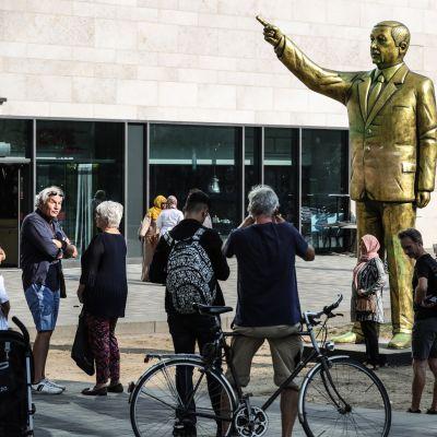 Turkin presidenttiä Recep Tayyip Erdogania esittävä patsas ilmestyi saksalaiskaupunki Wiesbadeniin ja herätti voimakkaita reaktioita.