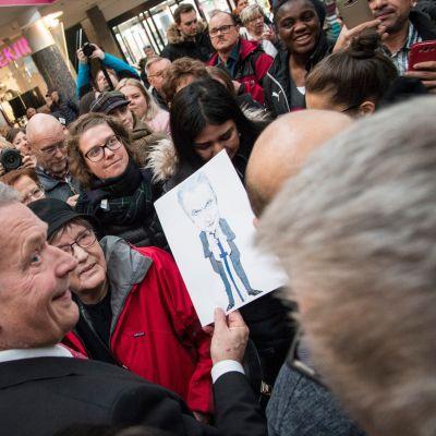Tasavallan presidentti Sauli Niinistö tapasi rovaniemeläisiä Sampokeskuksessa ja muistutti omien valintojen merkityksestä.