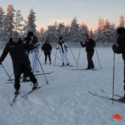 kiinalaiset opiskelijat harjoittelevat hiihtoa