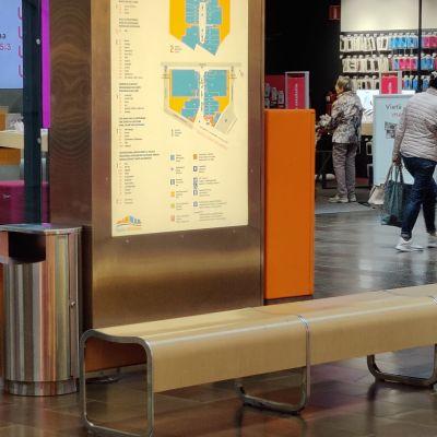 Ihmisiä istumassa ja kävelemässä Rajalla-kauppakeskuksessa.