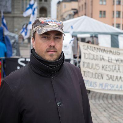 Marco de Witt, Suomi ensin -yhdistyksen varapuheenjohtaja 18.5.2017 Rautatientorilla