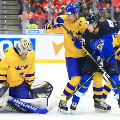 Kuvassa Ruotsin Hugo Alnefelt torjuu. Maalin edessä kamppailevat Adam Ginning, Mattias Norlinder ja Eemil Erholtz.