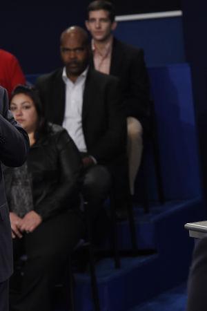 Donald Trump pekar på Hillary Clinton, närmast aggressivt, under den andra presidentdebatten inför USA:s presidentval 2016.