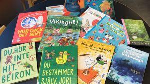 Barnböcker på ett bord.