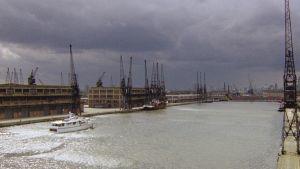 Georgen loistojahti Lontoon satamassa elokuvassa Pitkä pitkäperjantai