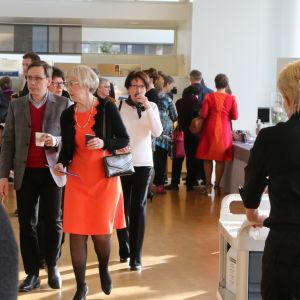 Yleisö saapuu Järvenpää-taloon.