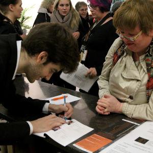 Emmanuel Tjeknavorian sulatti yleisön sydämet.