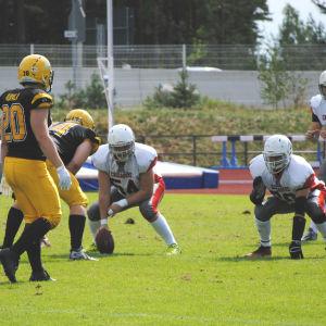 Två lag uppställda för öppningsbollen. Oscar Berndtsson med bollen.