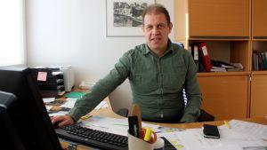 Bildningschef Mats Johansson vid sitt skrivbord.