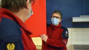 Susanne Piekkala öppnar en lucka i köket i den nya sjöräddningsstationen.
