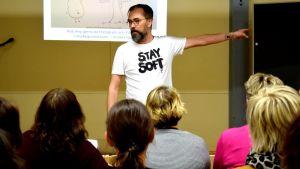 Micke Gunnarsson föreläser framför en publik.