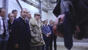 Gangsteripomo George (Bob Hoskins) kuulustelee pää alaspäin roikkuvia kollegoitaan lihakylmiössä elokuvassa Pitkä pitkäperjantai