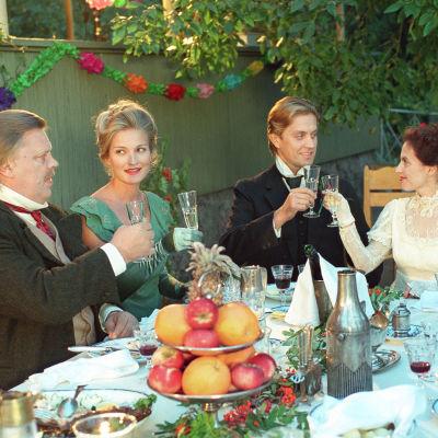 Eino Leino (Vesa-Matti Loiri), Aino Kajanus (Matleena Kuusniemi), Leevi Madetoja (Oskari Katajisto) ja Onerva Lehtinen (Anna-Leena Härkönen).