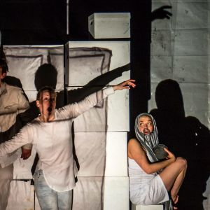 Scen ur pjäsen Paradisdoktrinen av Fabian Silén.