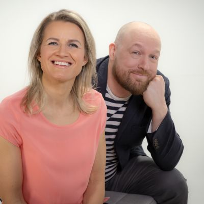Yle Radio Suomen vaalitentin Pirkanmaalla juontavat Milla Madetoja ja Juha Kokkala.