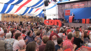Tyska socialdemokraternas Martin Schulz talar för sina anhängare i Regensburg.