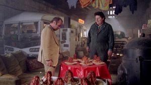 George (Bob Hoskins), Thomas (Robbie Coltrane) ja muoviset spagettiannokset elokuvassa Mona Lisa