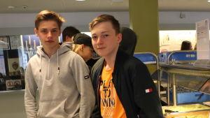Två killar i en skolmatsal.