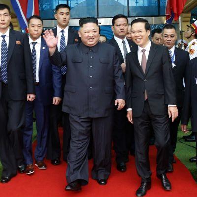 Kim Hong-un vinkar glatt till åskådare när han anländer till tågstationen i Dong Dang i Vietnam.