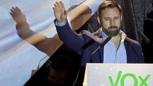 Santiago Abascal, ordförande för Vox hälsar sina anhängare på valkvällen 28.4.2019