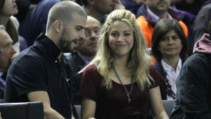Shakira och Gerard Pique sitter bredvid varandra.