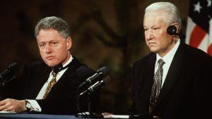Jeltsin ja Clinton Kalastajatorpalla tiedotustilaisuudessa pöydän takana