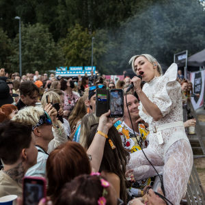 Paula Vesala loppuunmyydyssä Tammerfestissä Ratinassa 23.7.2021. Pirkanmaan koronatilanteen status oli paria päivää aiemmin siirretty kiihtymisvaiheeseen.