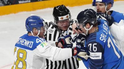 Kazakstans Roman Startjenko bråkar med Finlands Jere Sallinen.