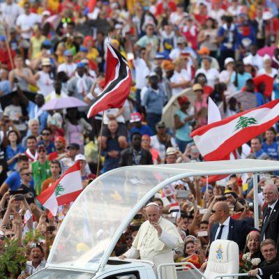 Påven Franciskus anländer till fältet utanför Krakow där han håller sin avslutningsmässa inför över 2,5 miljoner pilgrimer