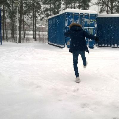 En pojke springer bort från skolans område