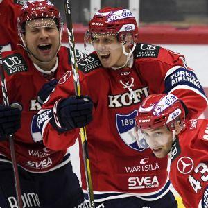 Juho Keränen, Joonas Lyytinen och Sakari Salminen firar HIFK:s seger över Pelicans.