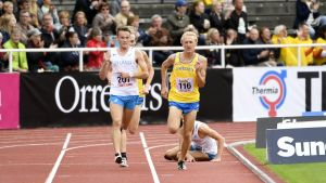 David Nilsson och Robin Ryynänen springer vidare, Jarkko Järvenpää faller, Sverigekampen 10000 meter 2017.