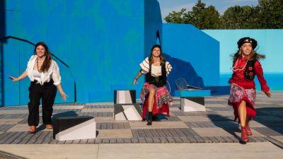 Sofie Rosström, Livia Wikström och Rebecca Siro är pirater i pjäsen och dansar glatt på scenen.