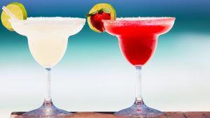 Två färgglada drinkar.