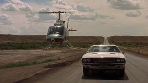 Helikopteri seuraa autoa elokuvassa Vanishing Point